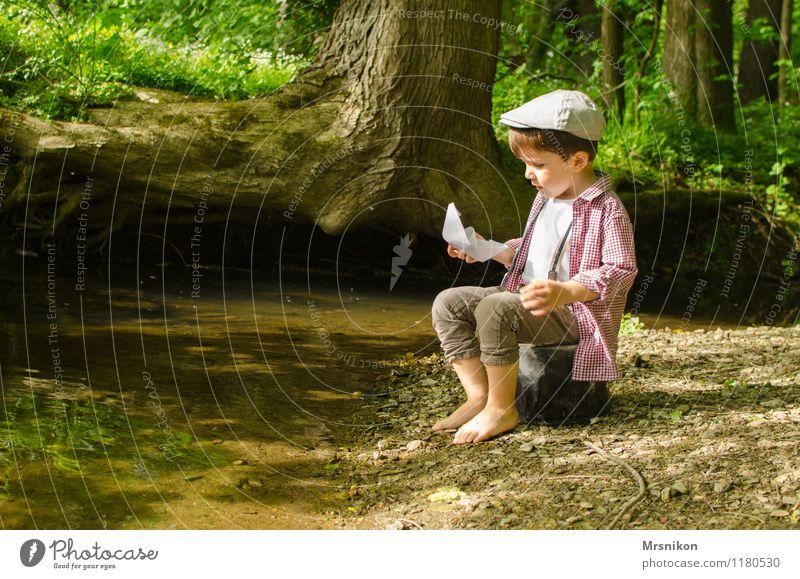 Papierschiffchen Mensch Kind Natur Wasser Baum Wald Frühling Junge Freizeit & Hobby Kindheit Schönes Wetter Hut Flussufer Kleinkind Barfuß früher