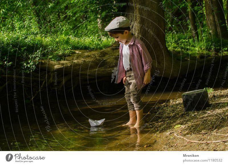 waldbach Mensch Kleinkind Junge Kindheit 1 1-3 Jahre 3-8 Jahre Natur Wasser Frühling Schönes Wetter Gras Sträucher Farn Wildpflanze Wald Hosenträger Hut Mütze