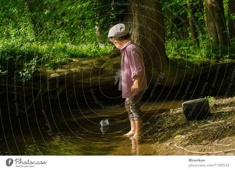Wildbach Mensch Kind Natur Baum Freude Wald Frühling Junge Spielen Kindheit Schönes Wetter Abenteuer Mütze Flussufer Kleinkind Barfuß