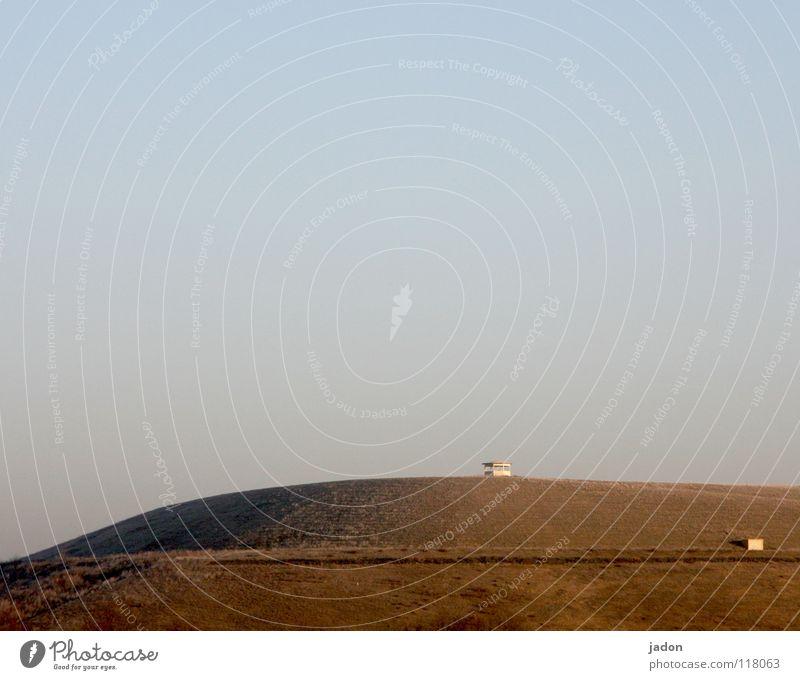 Hügel mit Spitze Himmel blau ruhig kalt Berge u. Gebirge Linie Umwelt Erde rund Turm Müll Klarheit Vergänglichkeit Wissenschaften Hütte