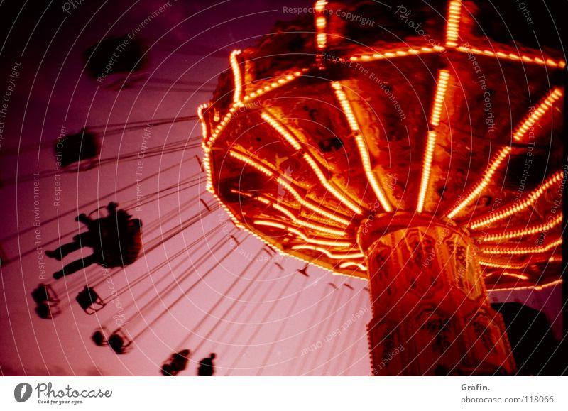 DoOm continues Mensch Himmel Freude Beleuchtung fliegen violett Jahrmarkt Kette Sitzgelegenheit Dom Glühbirne Korb Karussell Kirche Cross Processing Kettenkarussell