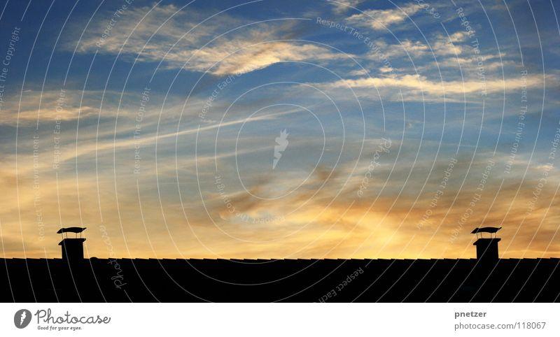Schornstein Symmetrie Haus Dach Sonnenuntergang Dämmerung Wolken Licht schwarz Himmel Himmelskörper & Weltall Freude Silhouette blau orange