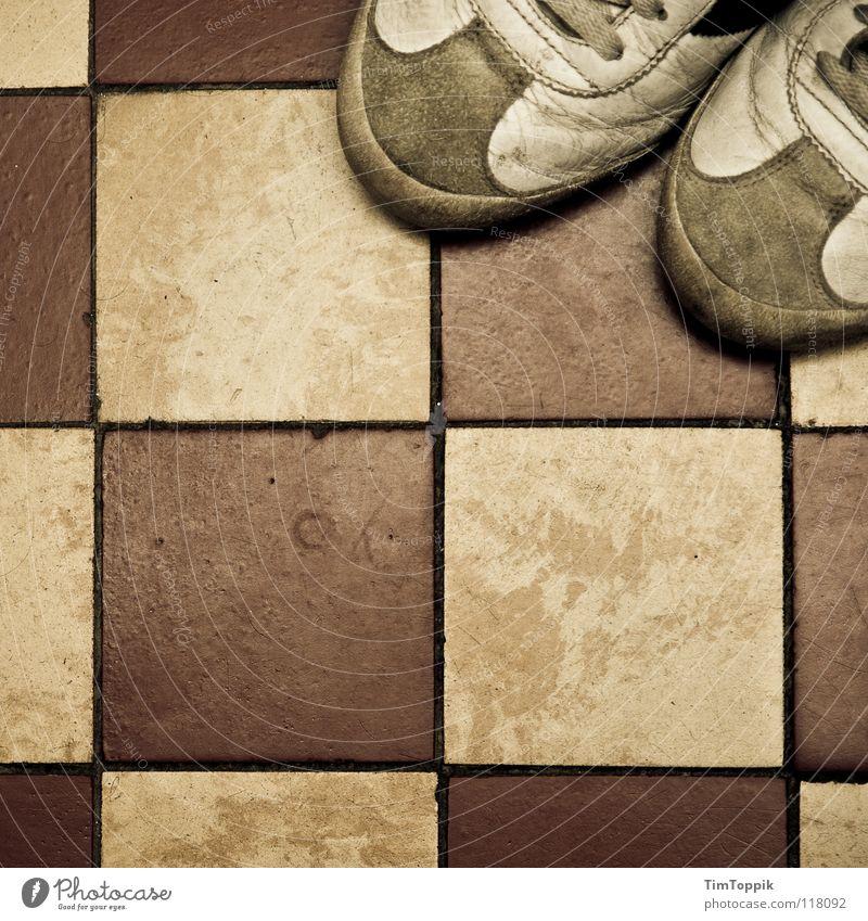 Fleece-Schuhe II Quadrat Turnschuh Trainer Schuhbänder Fuge kariert Bad Bodenbelag dreckig gebraucht kaputt schäbig entkleiden anziehen Schuhsohle Leder