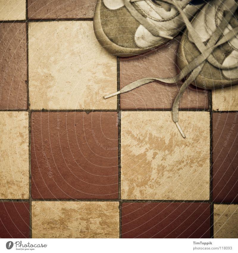 Fleece-Schuhe I Quadrat Turnschuh Trainer Schuhbänder Fuge kariert Bad Bodenbelag dreckig gebraucht kaputt schäbig entkleiden anziehen Schuhsohle Leder