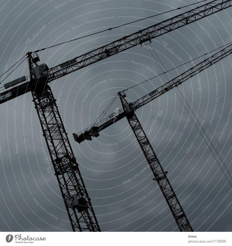 Konzentriert im Oberstübchen elegant Arbeit & Erwerbstätigkeit Kran Arbeitsplatz Baustelle Industrie Technik & Technologie Wolken Güterverkehr & Logistik Metall