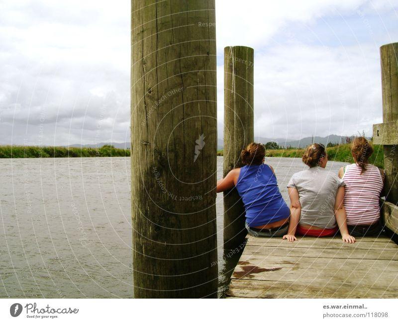 kann man traenen zaehlen? Sommer Sommerurlaub sprechen Junge Frau Jugendliche Freundschaft Leben 3 Mensch Wasser Seeufer Flussufer Steg festhalten Kommunizieren