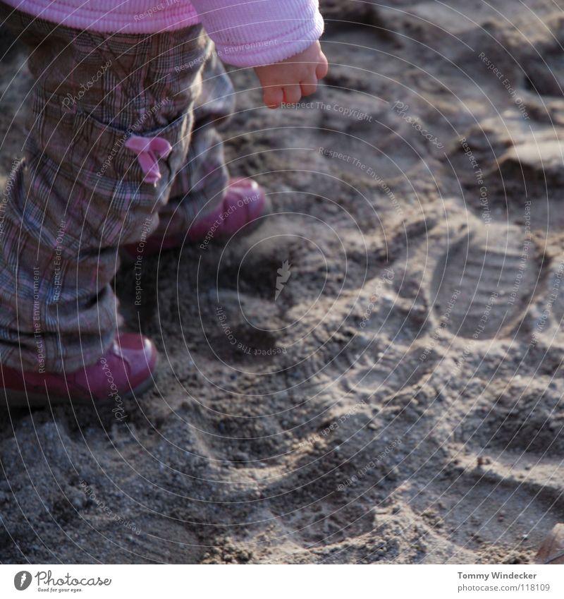 Sandkasten Catwalk Kleinkind Kind Mädchen Fußspur rosa violett Schleife schön Puppe niedlich mehrfarbig süß Lackschuhe gehen Hand Sonnenlicht kindlich Strand