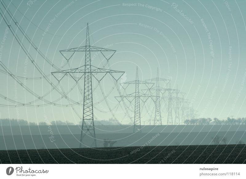 Autobahn II Elektrizität elektrisch Strommast Metall Gitter grau Bauwerk gefährlich gelb weiß Winter stechend grell Feld braun Landwirtschaft regenerativ