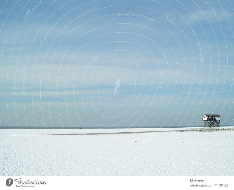 StPeter Ording Strand Meer Haus weiß zyan Wolken Einsamkeit ruhig Ferne Aussicht Horizont Winter St Peter Ording Schnee Himmel blau Pfosten