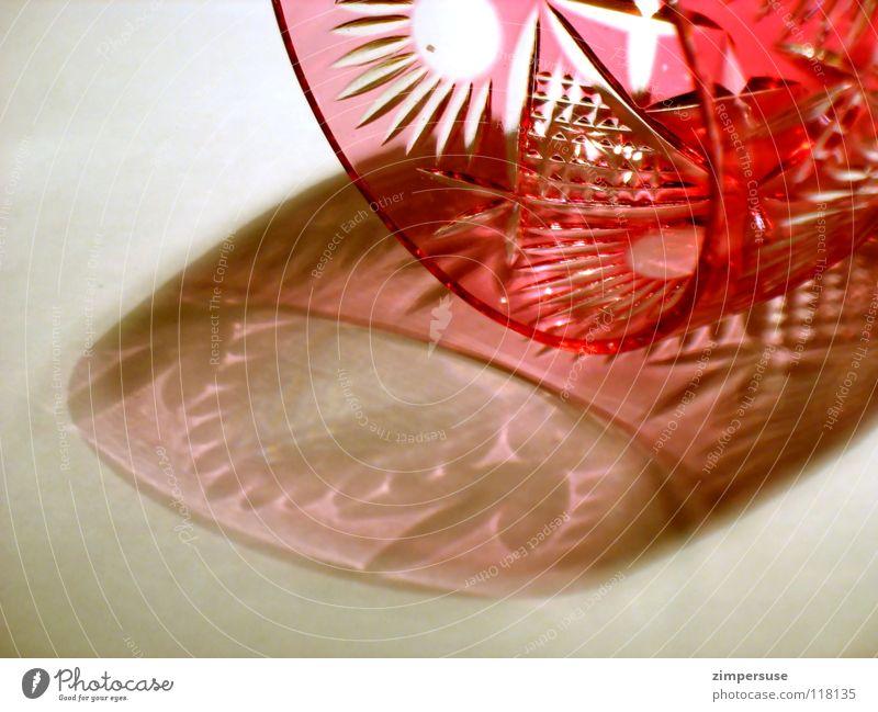 gebechert und umgekippt rot Licht Muster zerbrechlich Schatten fein Reichtum Haushalt Glas geschliffen geschliffenes Glas edel Trinkkultur