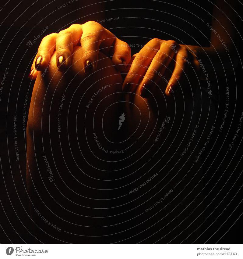 GREIFBAR Oberschenkel rasiert Frau feminin schön klug aufreizend ansprechend Hautfarbe Licht Unterschenkel Kleid dunkel Knie Lichtspiel Schattenspiel dünn