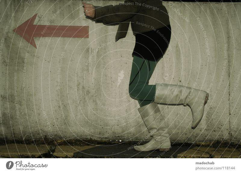 RUN THE RUN Mensch Frau kalt Wand Bewegung grau Mauer Beine Mode Fuß gehen Schuhe rosa laufen Schilder & Markierungen Erfolg