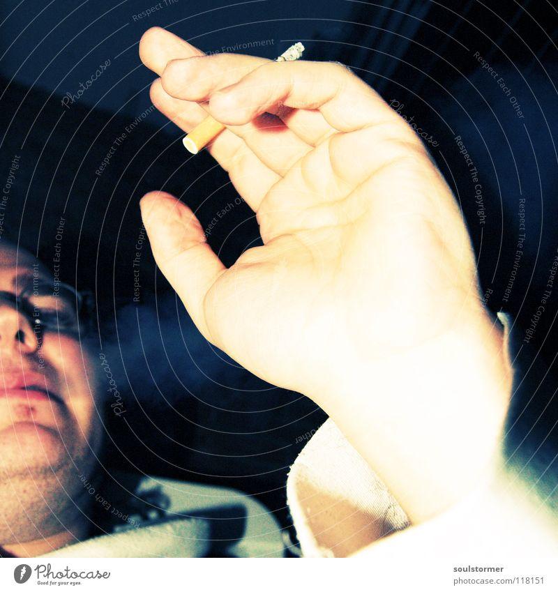 Lungenkrebs Mann Hand schwarz ruhig Gesicht gelb Erholung Nebel gefährlich Finger Suche Rauchen Gastronomie Krankheit genießen Rauch