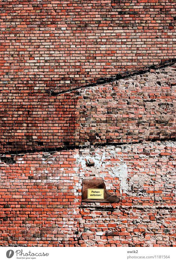 Brandmauer Mauer Wand Fassade Backsteinwand Schilder & Markierungen Hinweisschild Warnschild Parkverbot alt groß hoch rot Verfall Verbotsschild Farbfoto