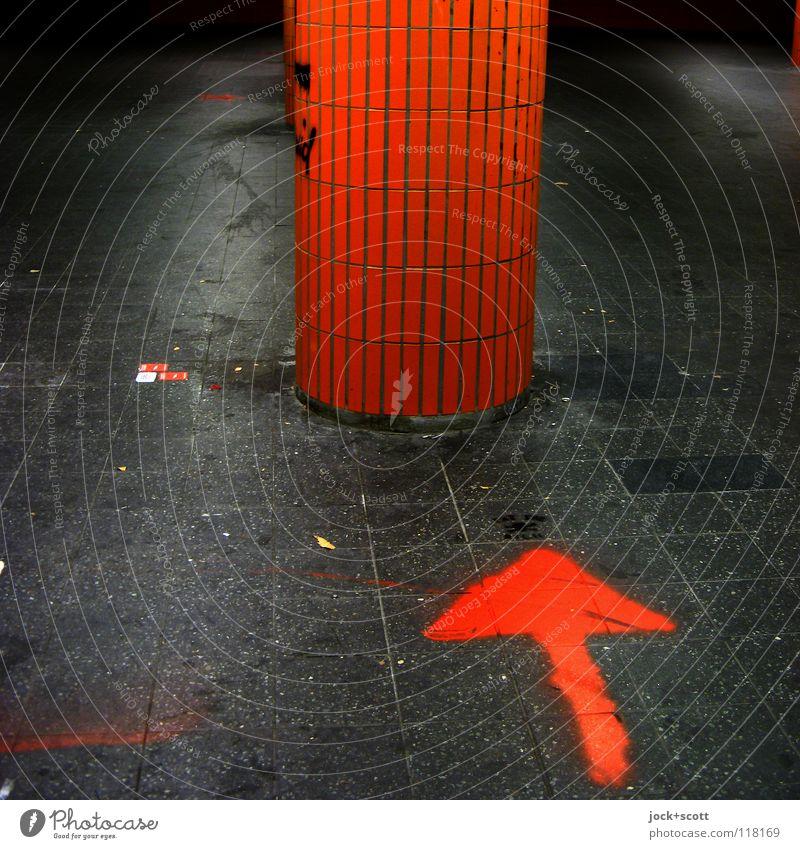 ? ? ? ? Charlottenburg Unterführung Säule Pfeil dreckig einzigartig unten orange Neugier Unglaube Beginn Kreativität Rätsel Wege & Pfade Ziel Öffentlich schäbig
