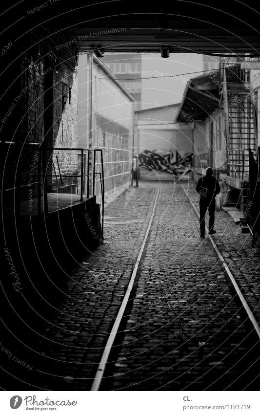 paar häuser weiter Mensch Erwachsene Leben 1 Haus Gebäude Mauer Wand Verkehr Verkehrswege Wege & Pfade Schienenverkehr Kopfsteinpflaster Hinterhof Einfahrt
