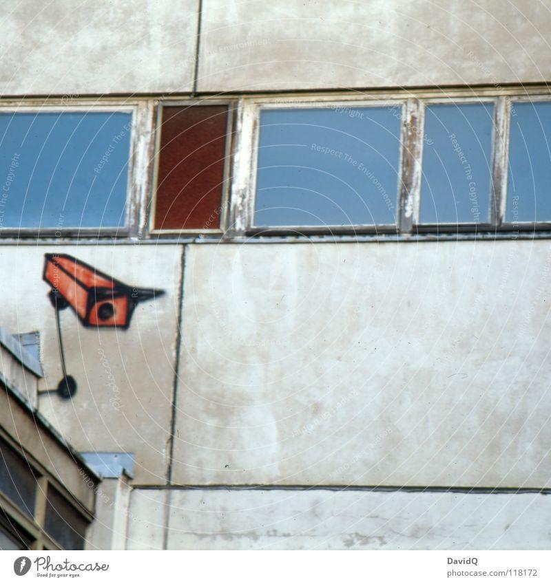 graffiti observations Farbe Haus Fenster Wand Graffiti Fassade Aussicht beobachten Macht Fotokamera Kontrolle Plattenbau Block Überwachung Wandmalereien
