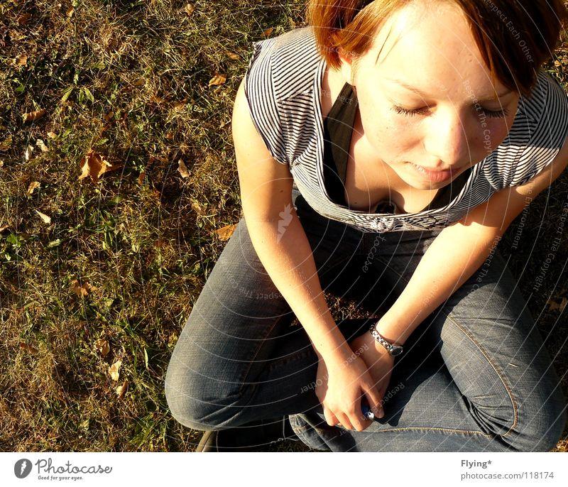 sitting waiting wishing Mensch Sommer ruhig Erholung Gras Denken Zufriedenheit warten sitzen Jeanshose Wunsch Konzentration Gedanke Sinnesorgane getrocknet Stirn