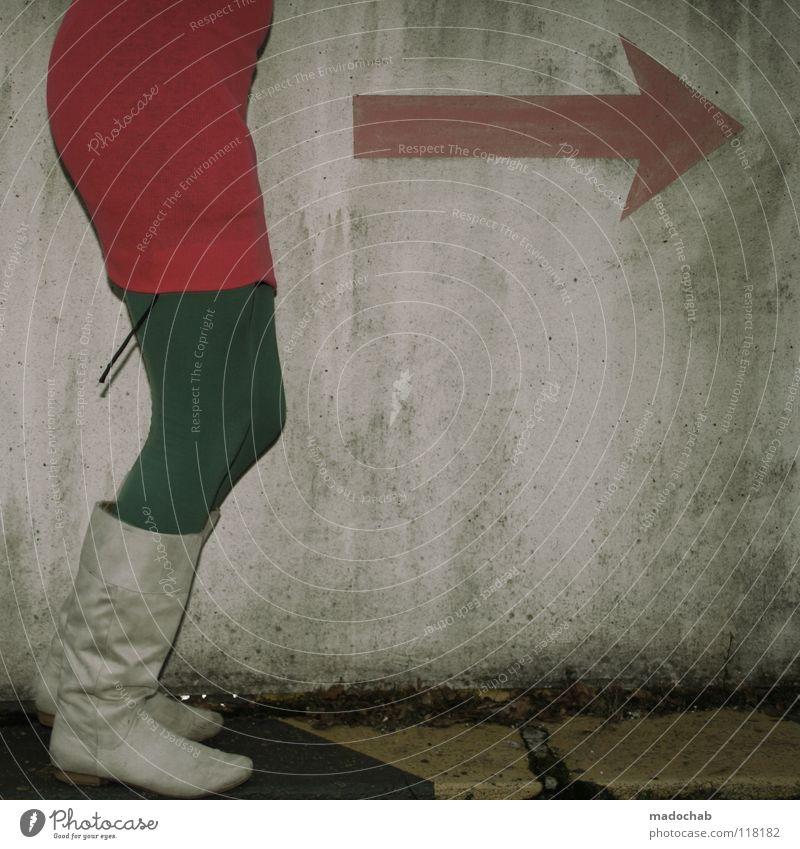 PINK IS HOME Mensch Frau kalt Wand Bewegung grau Mauer Beine Mode Fuß gehen Schuhe rosa laufen Schilder & Markierungen Erfolg