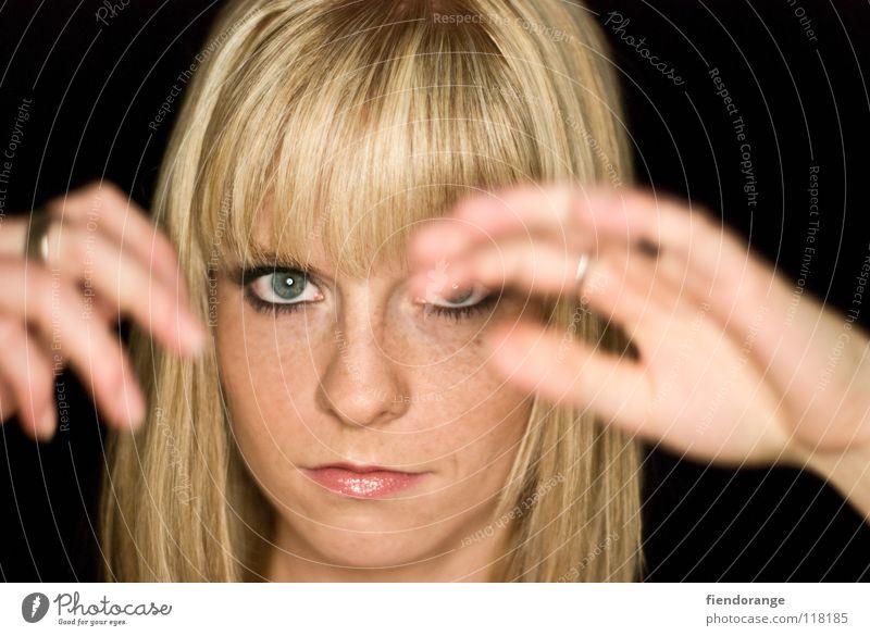 huch Frau Hand schwarz Ferne Auge Haare & Frisuren blond Mund Nase Perspektive Zukunft Kreis Schutz Aussicht Schminke Pony