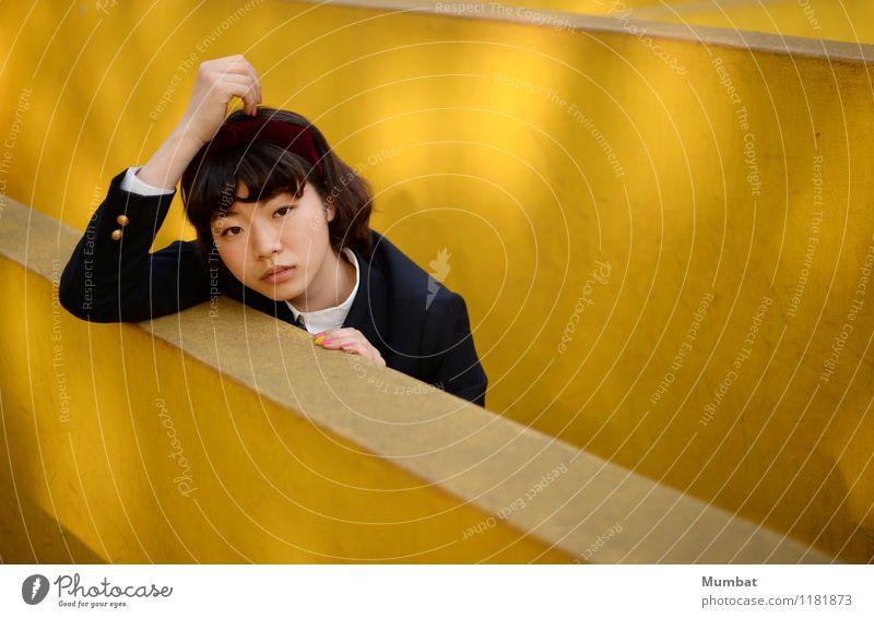 mein gelber Spielplatz Mensch Jugendliche Farbe Junge Frau 18-30 Jahre Erwachsene Wand feminin Spielen Mauer Schule einfach niedlich Warmherzigkeit Neugier