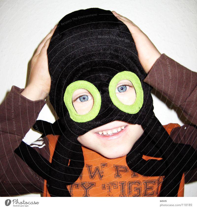 Spiderman Kind Hand Freude Auge Junge Spielen lachen Mütze verstecken Spinne