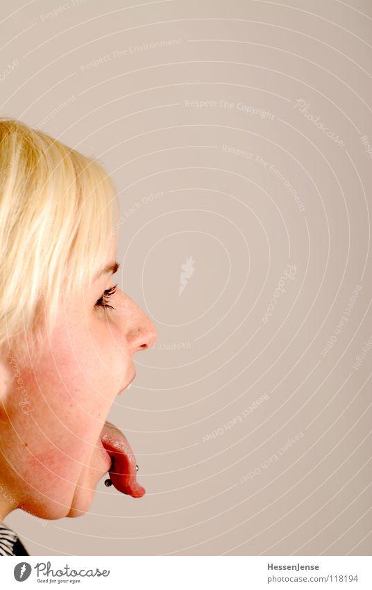 Portrait 2 Frau Freude sprechen Mund blond Deutschland Nase Wut Meinung kämpfen Ärger Piercing links beißen rechts Gegner