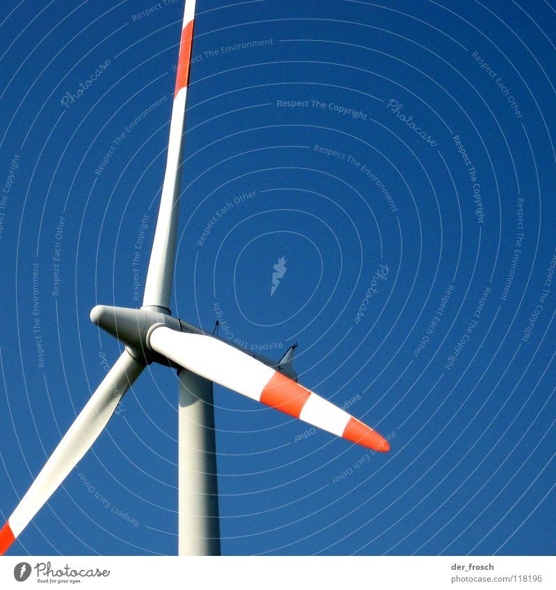 windenergie Windkraftanlage Bewegungsenergie Energiewirtschaft Elektrizität Industrie Himmel grüne energie blau Rotor Flügel Kontrast