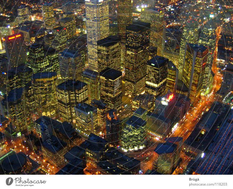 Toronto bei Nacht aus dem CN Tower Hochhaus Kanada Straßenschlucht