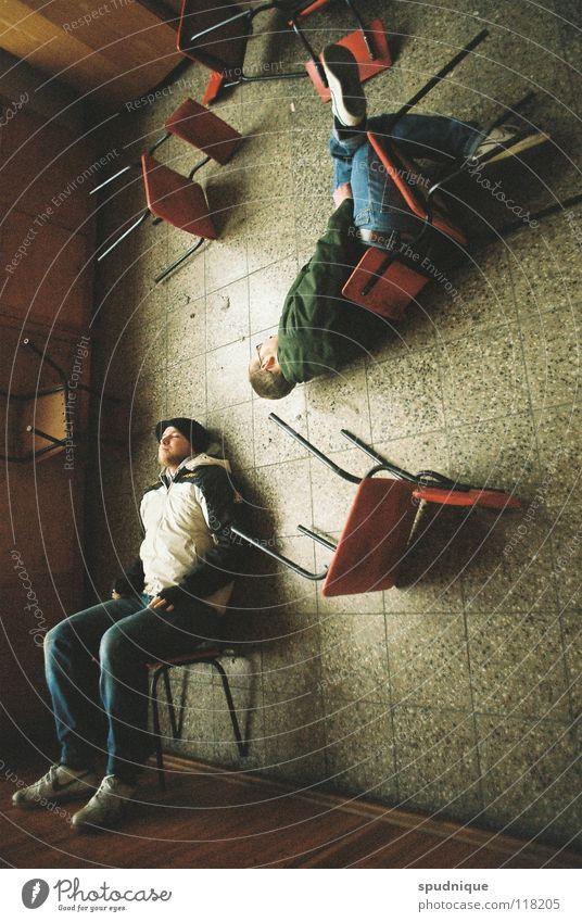 blicke und winkel Jugendliche Raum sitzen Perspektive Stuhl Bodenbelag liegen verfallen umfallen unbequem Dimension Kopfstand