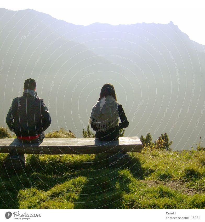 Ausschau halten Himmel Ferne kalt sprechen Berge u. Gebirge Gras Denken hell 2 Zusammensein sitzen wandern kaputt Trauer Romantik Bank