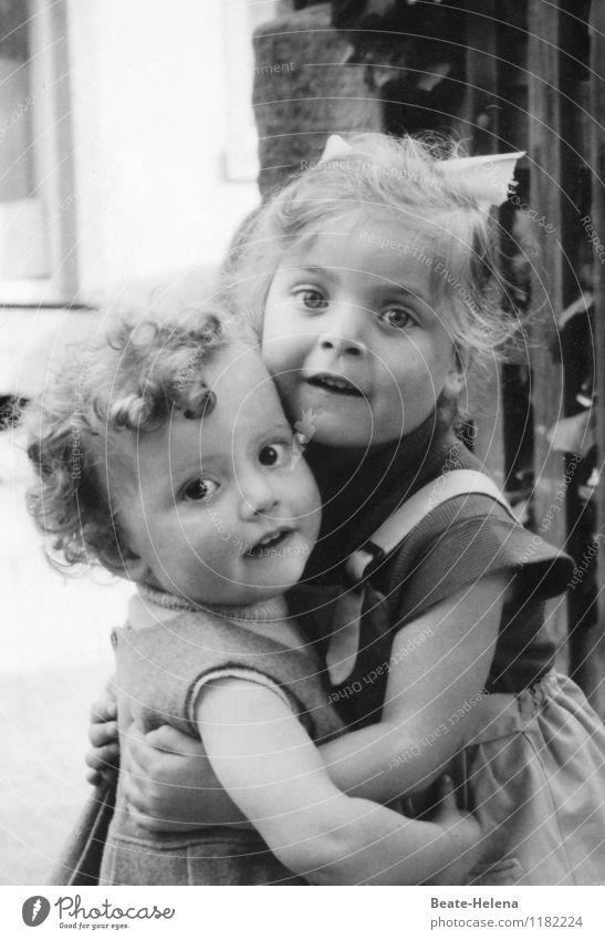 Kindheitserinnerung   ganz schön lang ist's her Mensch Kind schön Freude Haus Mädchen Wärme Wand Mauer Spielen Glück Zusammensein Freundschaft Freizeit & Hobby Kindheit genießen