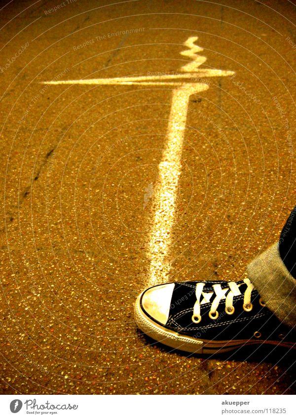 """Schritt - macher 2 Puls Asphalt Schuhe Chucks Nervosität Graffiti Wandmalereien Angst Panik street Bodenbelag Straße sign glow Elektrizität """"""""Schritt - macher"""""""""""