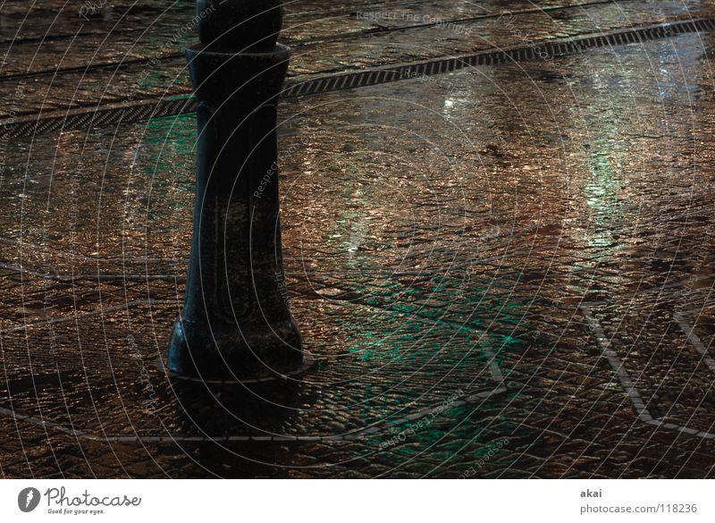 Patina Town Stadt grün himmelblau Gleise krumm Teer Sandstein Eisen Stahl Reflexion & Spiegelung Lampe Straßenbeleuchtung nass feucht glänzend Verkehrswege
