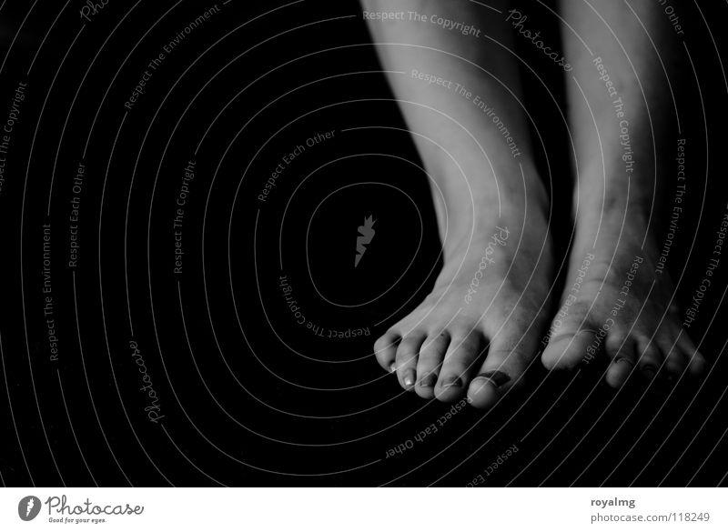 ...it... Zehen schwarz weiß Frauenfuß Nagel Wade Schwarzweißfoto Fuß Fußknöchel Kontrast fußzehe zehnagel Körperteile Barfuß