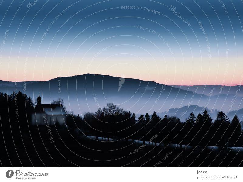 Kirche im Dorf lassen Abenddämmerung Dämmerung Dorfkirche Erholung Ferne Fernweh Religion & Glaube Schwarzwald Landschaft violett Nebel Nebelschleier