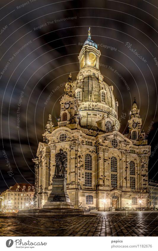 Frauenkirche von Dresden in einer kalten Winternacht Stadt Hauptstadt Hafenstadt Stadtzentrum Altstadt Menschenleer Kirche Bauwerk Gebäude Sehenswürdigkeit