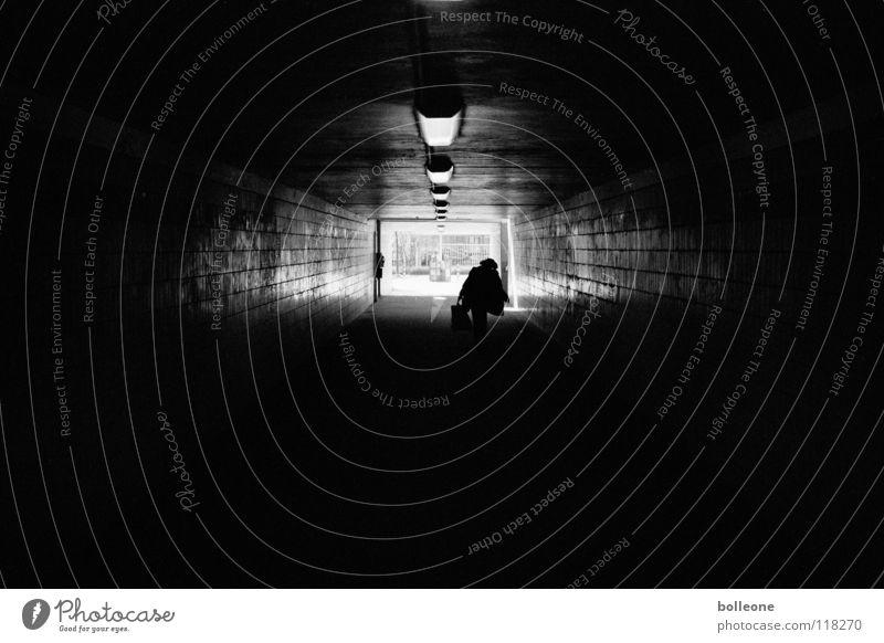 Be afraid in the dark II Tunnel schwarz Licht gefährlich dunkel Stadt Stadtleben analog gruselig dreckig Angst Panik bedrohlich Bahnhof Unterführung