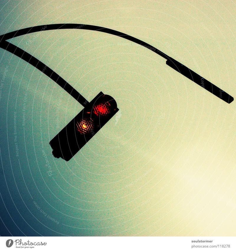 noch ein Licht... Himmel grün rot Wolken gelb Straße dunkel grau Wege & Pfade Traurigkeit Lampe Angst Verkehr Technik & Technologie Laterne Stadtleben