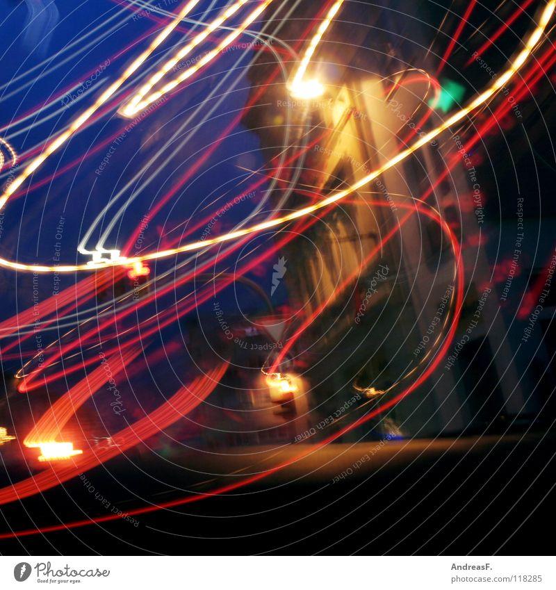 VerkehrsChaos chaotisch Licht Straßenverkehr Ampel abbiegen grün Leuchtspur Alkoholisiert Autofahren Rauschmittel Ausweg Schwung schwingen Langzeitbelichtung