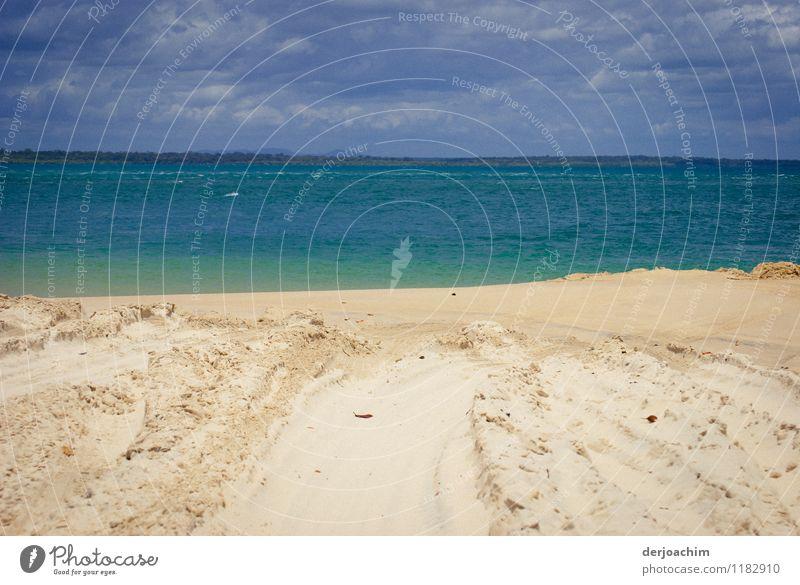 Kontraste schön Sommer Wasser Erholung Meer ruhig Wolken Freude Strand Umwelt außergewöhnlich Sand Freizeit & Hobby Insel Lächeln genießen