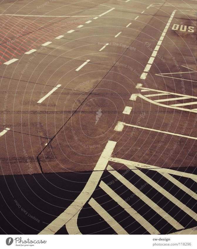 am tag der ankunft am abreiseort... Verlauf Linie Einfahrt Gegenverkehr Zebrastreifen Bus Spuren Fahrbahn Verkehr Straßennamenschild Schilder & Markierungen