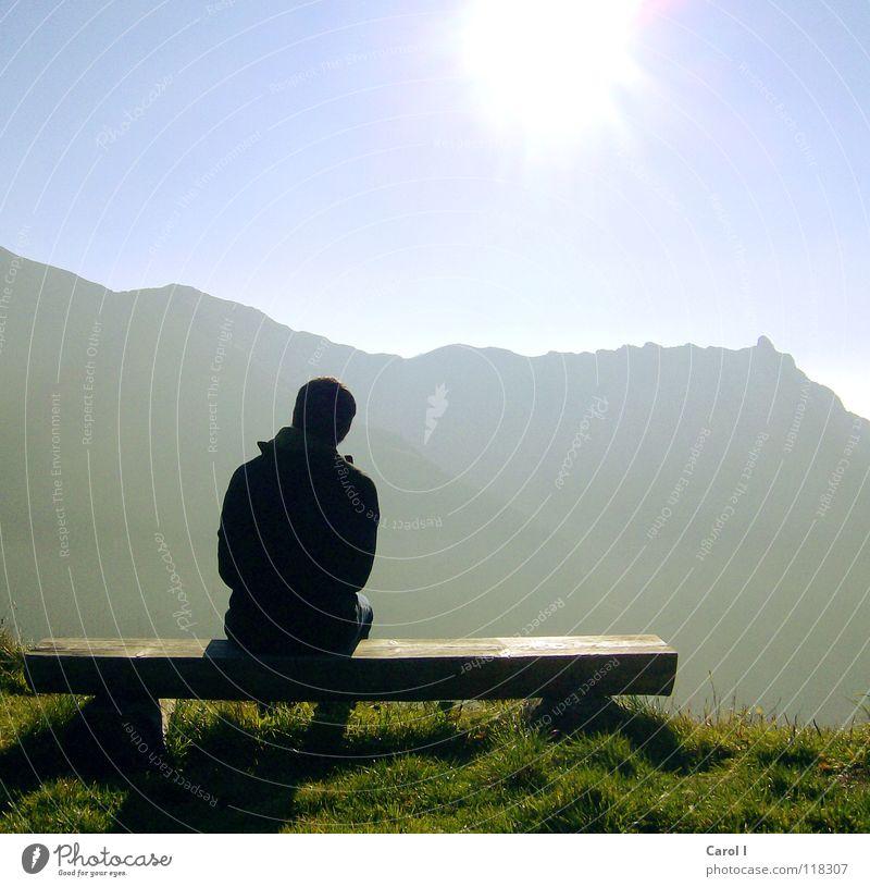 Geniesser Gipfel Einsamkeit Lücke Hügel Schweiz Gras kalt genießen Holzbank wandern Blick stumm Denken Schüchternheit beleidigt Panorama (Aussicht) Herbst
