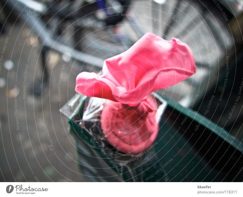 Geplatzter Traum Luft rosa Luftballon Statue Klebeband geplatzt