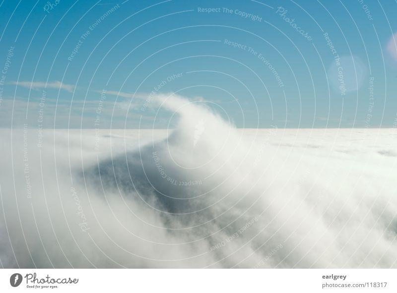 Wolkenwogen II Himmel Wolken Ferne Schnee Landschaft Wellen Horizont Spitze fließen Brandung bezaubernd Blendenfleck Watte Naturphänomene azurblau Firmament