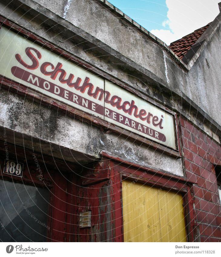 Der moderne Schumi alt Haus Einsamkeit Arbeit & Erwerbstätigkeit Mauer Schuhe Schilder & Markierungen Fassade retro Schriftzeichen Buchstaben Werbung verfallen