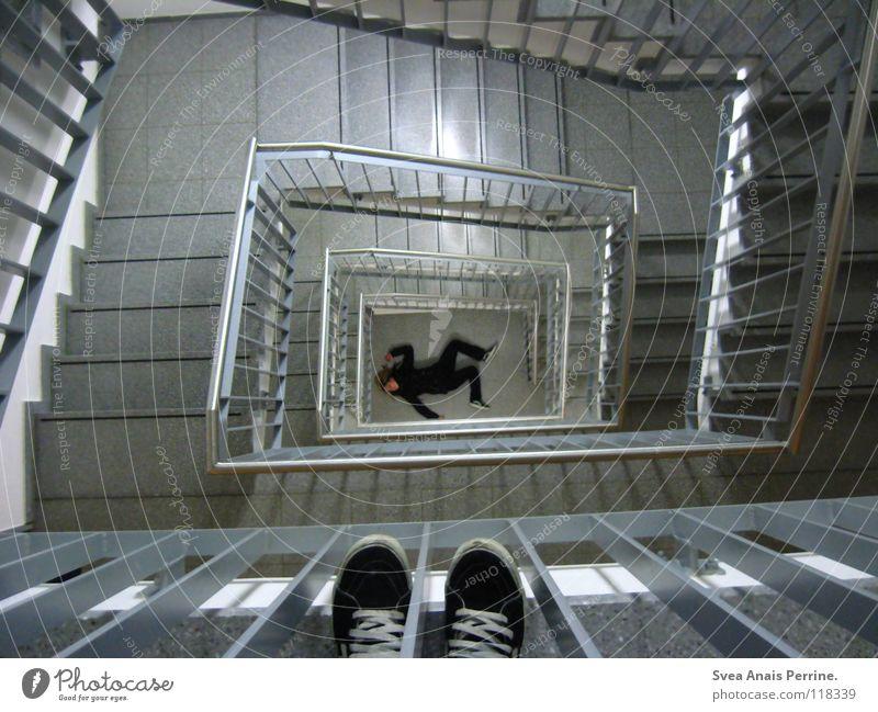 destroyed Frau Einsamkeit schwarz Haus Tod Gefühle liegen Schuhe Angst Treppe beobachten Vergänglichkeit Geländer Treppenhaus Flur Unfall