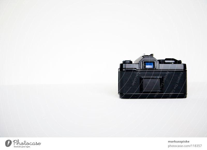 analog ist besser... Fotografie Fotokamera Apparatur Licht weiß schwarz Sucher Blende Brennweite Unschärfe Zelluloid retro antik Vergänglichkeit