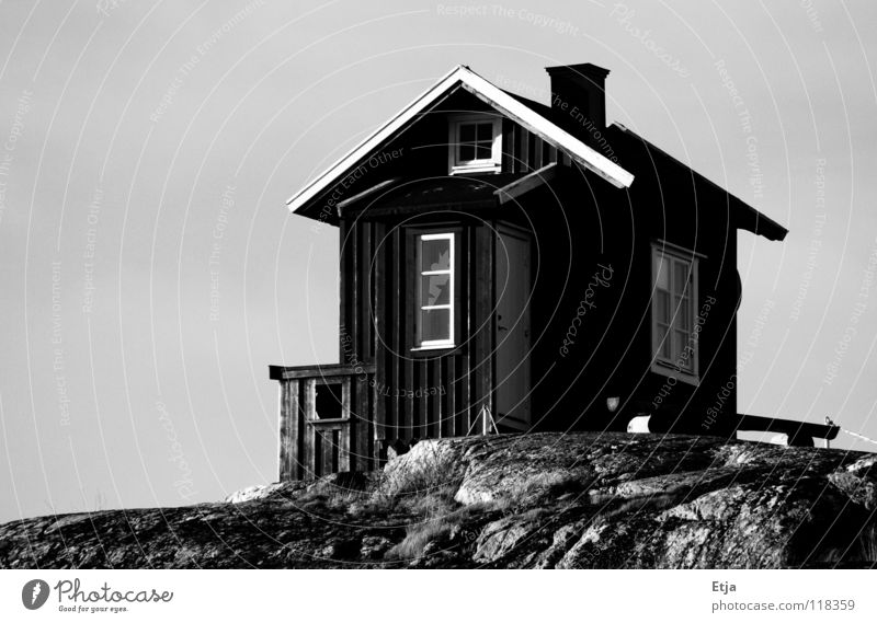 Haus, oder Toilette? schwarz weiß schön dunkel kalt grau verfallen Schwarzweißfoto Strand Küste Schweden hell Abend Himmel