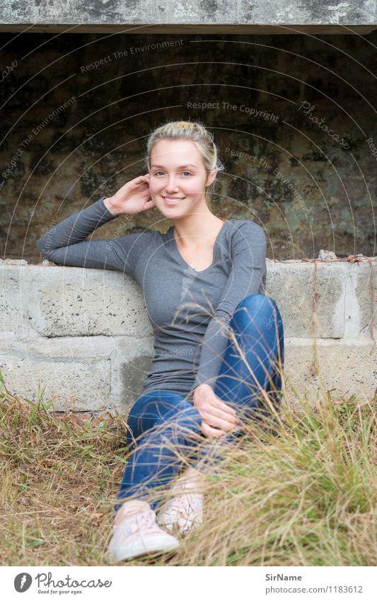 388 Mensch Jugendliche Stadt schön Junge Frau Erholung 18-30 Jahre Erwachsene Wand Bewegung natürlich Gras feminin Mauer Lifestyle Zufriedenheit